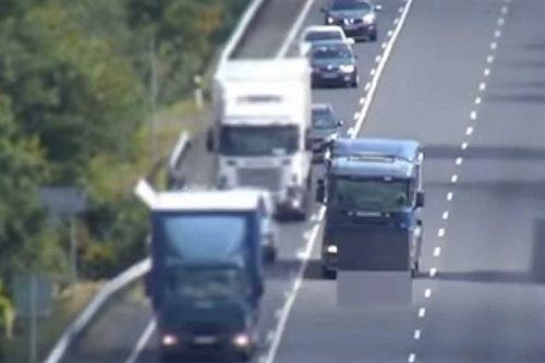 Dupla záróvonalon előző teherautót rögzített a rendőrségi drón