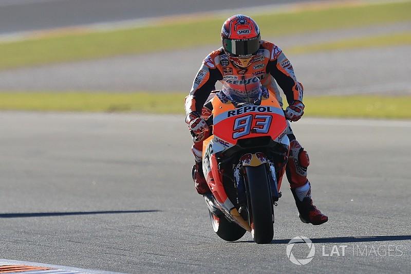 Marquez cade, ma è in pole a Valencia. Dovizioso solo in terza fila