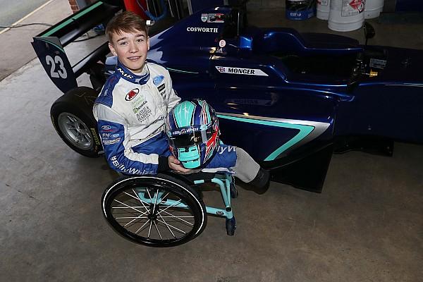 両足失ったモンガー、レース復帰を目指しカーリンのF3マシンをテスト