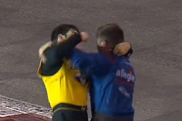 NASCAR Truck Nach Kollision auf der Strecke: NASCAR-Fahrer lassen Fäuste fliegen