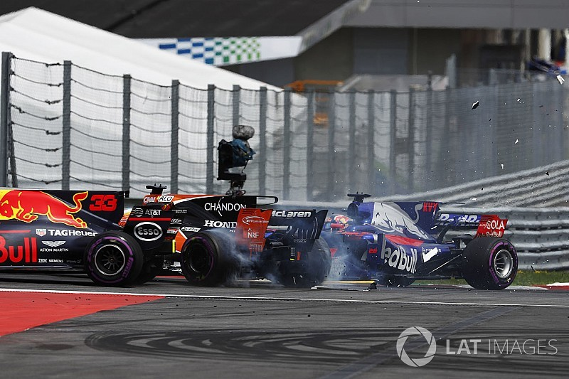 Alonso üzgün, Verstappen debriyajı suçluyor