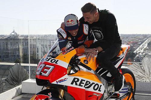 Video: Márquez le enseña su Honda RC213V a Joaquín