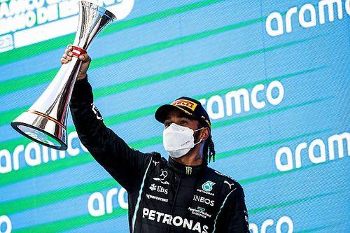 """Hamilton dankt team na tactische zege: 'Het was een goede gok"""""""