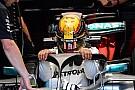 Hamilton nehézkes kiszállása a halós Mercedesből