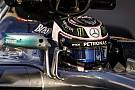 Rosberg visita a Bottas en el garaje de Mercedes en Barcelona