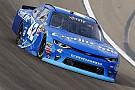Larson adelante en la primera práctica en Fontana