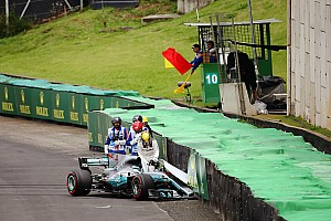 Formel 1 Reaktion Hamilton-Crash: Chefs sehen Fahrfehler, Weltmeister kleinlaut