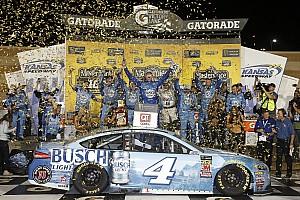 NASCAR Sprint Cup Crónica de Carrera Harvick le arrebata el triunfo a Truex en un cerrado final