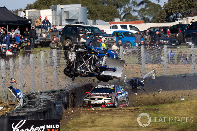 7. Todd Hazelwood, Brad Jones Racing Holden, Jonothan Webb, Tekno Autosports Holden crash