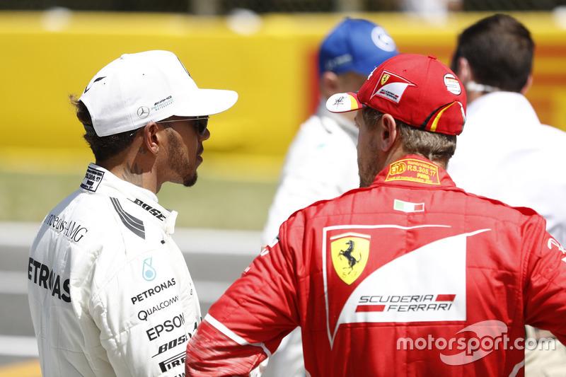 Entradas de primera fila, ganador de la pole Lewis Hamilton, Mercedes AMG F1, Sebastian Vettel, Ferrari para entrevistas después de la calificación