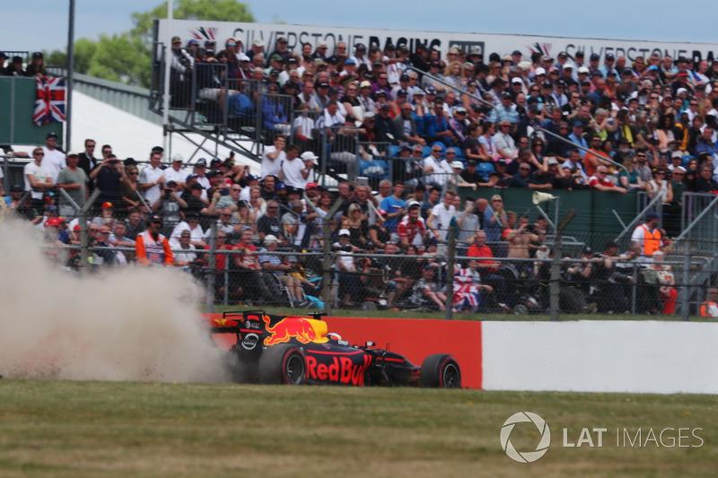 Günün pilotu Daniel Ricciardo pist dışında, Red Bull