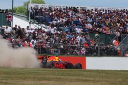 Daniel Ricciardo, Red Bull Racing RB13, runs wide