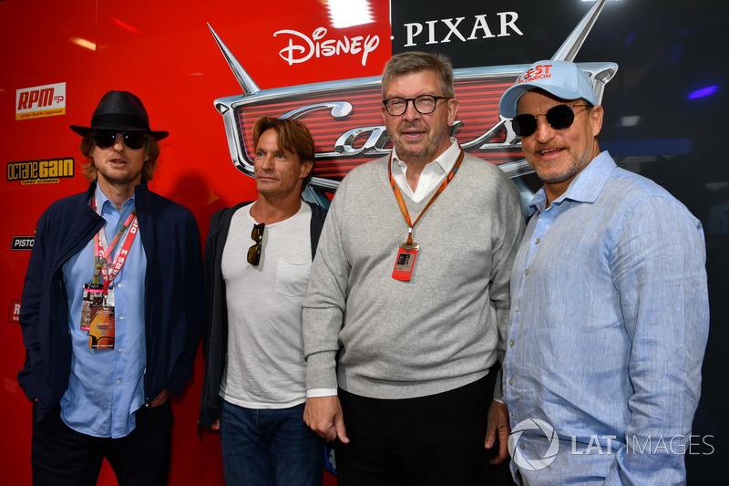 Ross Brawn, Formula One Director de Motorsports, Woody Harrelson y Owen Wilson actores en el garaje de cars 3