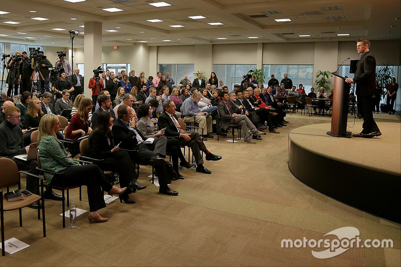 Carl Edwards ante los medios de comunicación de NASCAR al anunciar su retiro