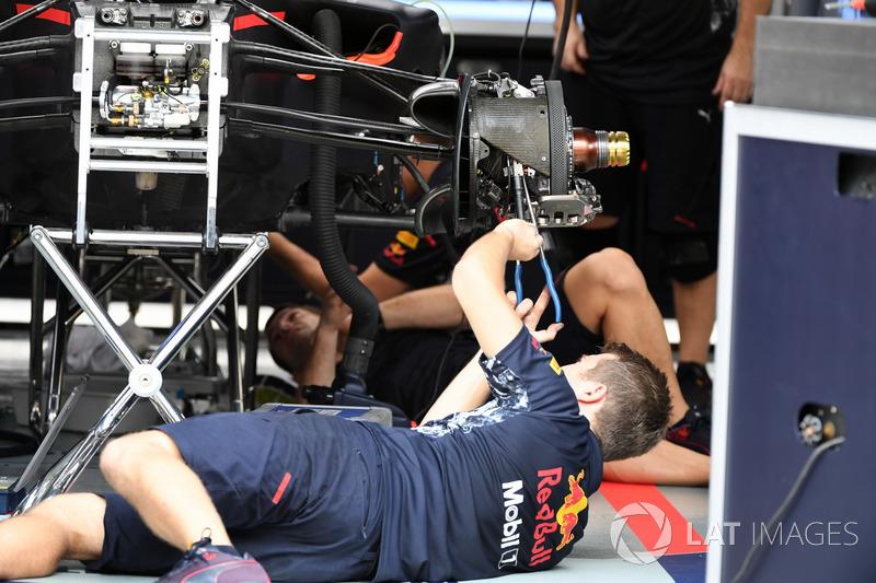 Un mécanicien Red Bull travaille sur la RB13
