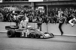 Jody Scheckter, Tyrrell P34-Ford, stoppt beim Team nach dem Sieg