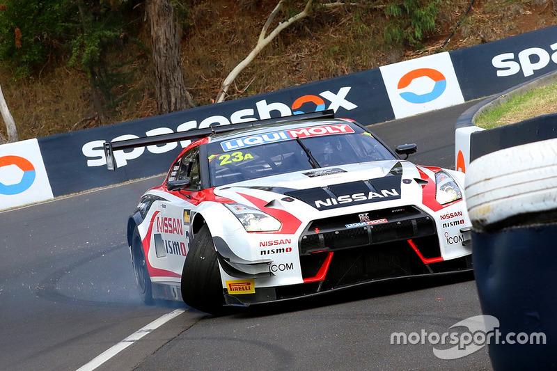 #23 Nissan Motorsport, Nissan GT-R Nismo GT3: Katsumasa Chiyo, Alex Buncombe, Michael Caruso, crash