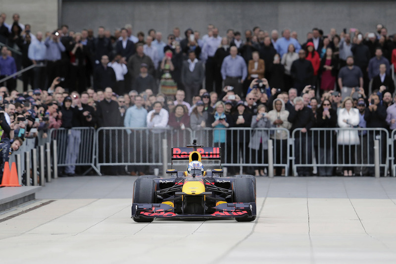 Daniel Ricciardo, Red Bull Racing geeft een demo bij het hoofdkantoor van ExxonMobil