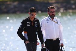 Гонщик Sahara Force India F1 Эстебан Окон и Гвен Лагрю