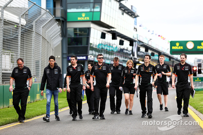 Естебан Окон, Sahara Force India F1 Team, йде треком з командою