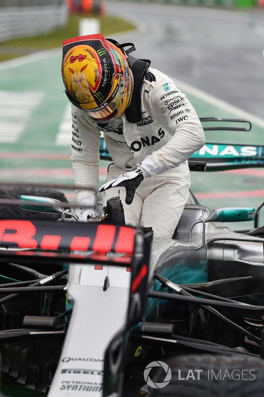 Pole sitter Lewis Hamilton, Mercedes AMG F1 F1 W08  in parc ferme