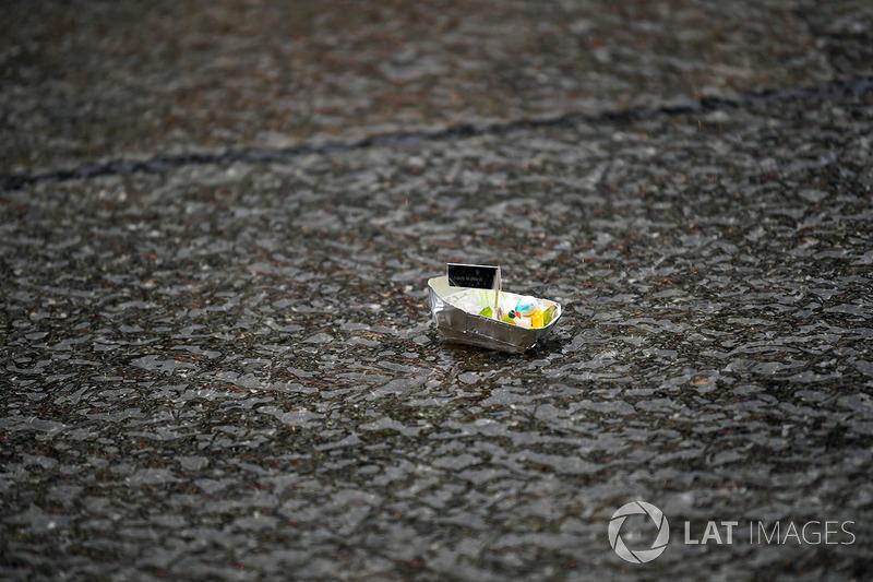 Perahu mini buatan tim Mercedes di pitlane