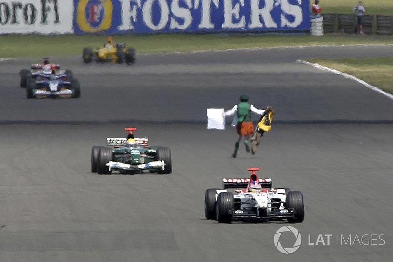 Во время Гран При Великобритании-2003 на трассу выбежал «чокнутый священник» Нил Хоран, размахивающий плакатом с призывом читать Библию. Гоночной дирекции пришлось выпустить на трассу сейфти-кар