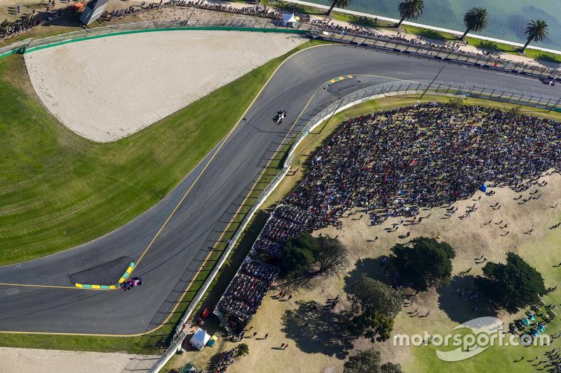 Daniil Kvyat, Scuderia Toro Rosso STR12, Sergio Perez, Force India VJM10