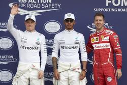 Обладатель поула Льюис Хэмилтон, Mercedes AMG F1; второе место - Себастьен Феттель, Ferrari; третье - Валттери Боттас, Mercedes AMG F1