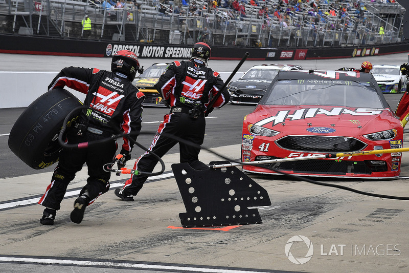 Kurt Busch, Stewart-Haas Racing, Ford Fusion Haas Automation/Monster Energy pits