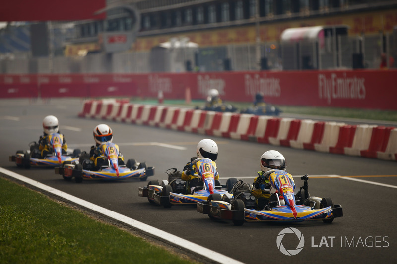 Una carrera de kart junior se celebra en la zona de pits