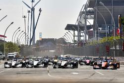Start, Scott Dixon, Chip Ganassi Racing Honda, Josef Newgarden, Team Penske Chevrolet, Simon Pagenaud, Team Penske Chevrolet, Will Power, Team Penske Chevrolet,