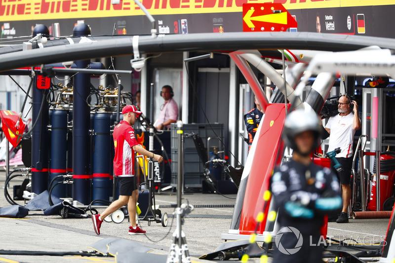 Себастьян Феттель Ferrari, прямує до боксів після сходу