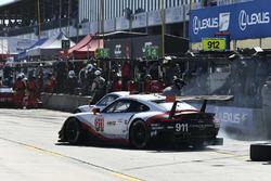 #911 Porsche Team North America Porsche 911 RSR, GTLM: Patrick Pilet, Nick Tandy, Frédéric Makowiecki, #912 Porsche Team North America Porsche 911 RSR, GTLM: Gianmaria Bruni, Laurens Vanthoor, Earl Bamber pit stops