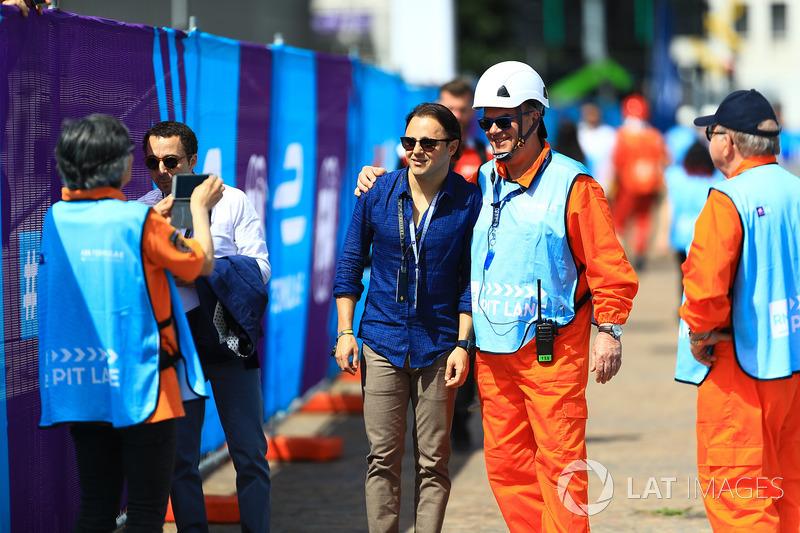 Felipe Massa posa per una foto con un marshall