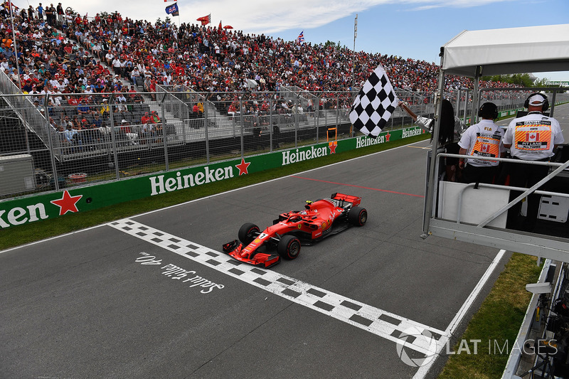 Kimi Raikkonen, Ferrari SF71H, damalı bayrağı sallayan Winnnie Harlow