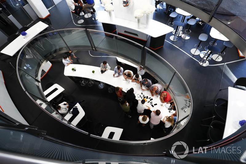 Stoffel Vandoorne, McLaren, parla con i media
