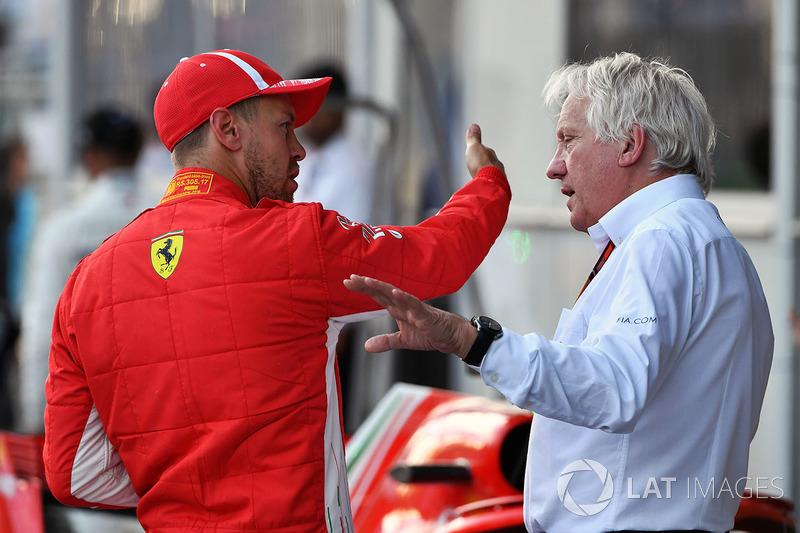 Sebastian Vettel, Ferrari y Charlie Whiting, delegado de la FIA
