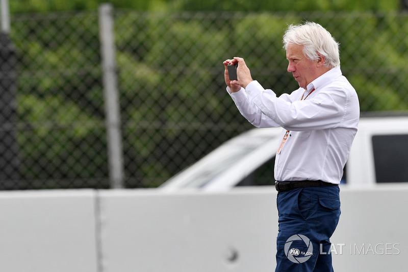 Charlie Whiting, directeur de course de la FIA, observe le lieu de l'accident de Brendon Hartley, Scuderia Toro Rosso STR13 en FP3