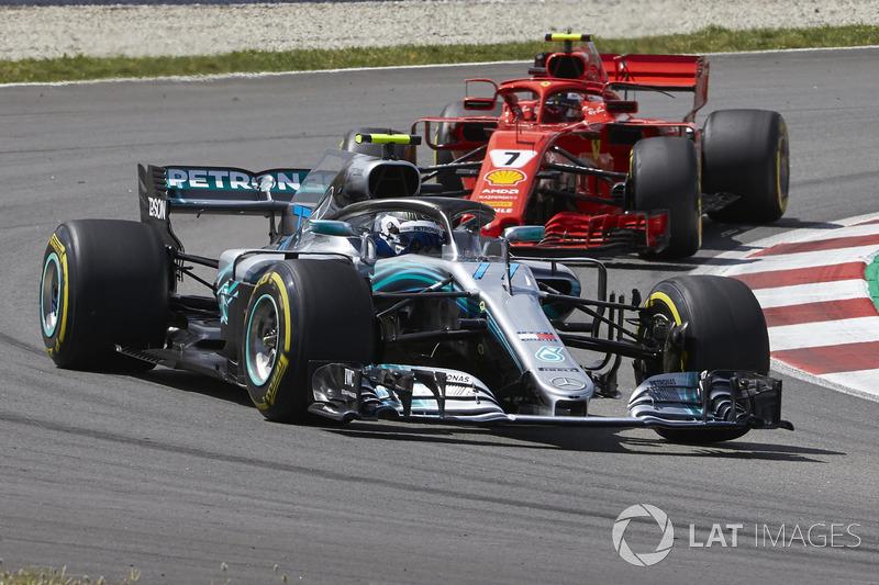 Валттери Боттас, Mercedes AMG F1 W09, и Кими Райкконен, Ferrari SF71H