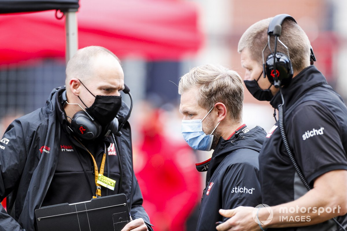 Kevin Magnussen, Haas F1, on the grid with engineers