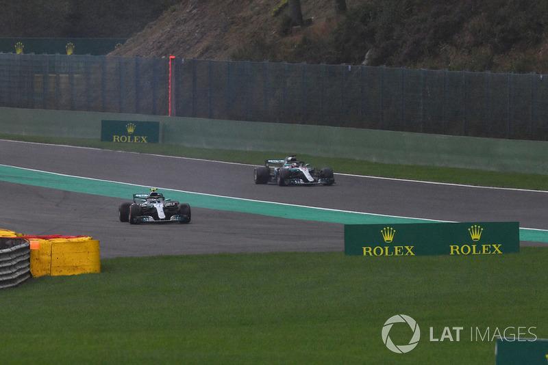 Valtteri Bottas, Mercedes AMG F1 W09 en tête à queue alors que Lewis Hamilton, Mercedes AMG F1 W09 passe