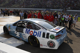 Kevin Harvick, Stewart-Haas Racing, Ford Fusion Busch Light / Mobil 1, Victory Lane