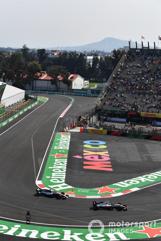 Kevin Magnussen, Haas F1 Team VF-18 e Lewis Hamilton, Mercedes-AMG F1 W09
