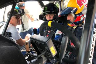 Sebastien Loeb fa da tutor a Oliver Solberg, mentre Petter Solberg osserva