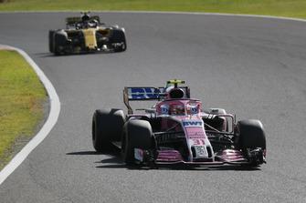 Esteban Ocon, Racing Point Force India VJM11 precede Carlos Sainz Jr., Renault Sport F1 Team R.S. 18