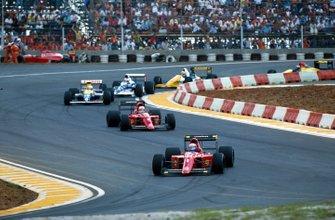 Ganador Alain Prost, Ferrari 641 lidera a Nigel Mansell, Ferrari 641 y Riccardo Patrese, Williams Renault FW13B