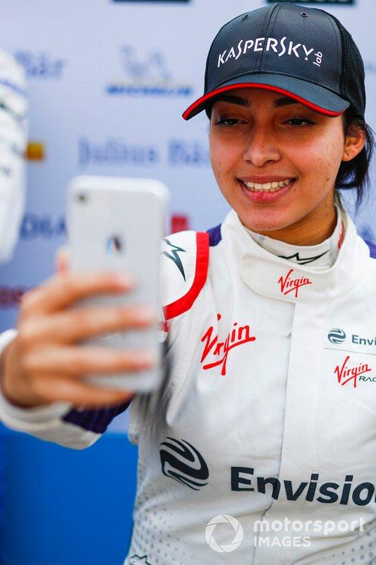 Amna Al Qubaisi, Envision Virgin Racing, prend un selfie