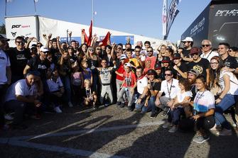 Il Campione Mikel Azcona, PCR Sport Cupra TCR, con il team