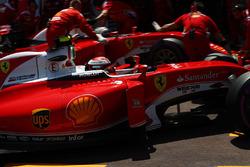 Kimi Raikkonen, Ferrari SF16-H en Sebastian Vettel, Ferrari SF16-H in de pits